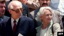 Бывший лидер ГДР Эрик Хонеккер в момент встречи в аэропорту в Чили со своей женой Марго Хонеккер, куда он прибыл после освобождения германским судом по причине тяжелой болезни. Сантьяго, 14 января 1993 года.