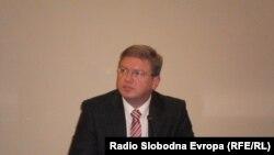 Еврокомесарот Штефан Филе е еден од учесниците на конференцијата во Брисел