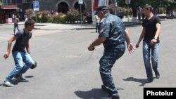 Ոստիկանը ֆուտբոլ է խաղում հավաքին մասնակցող երիտասարդների հետ, 25-ը հունիսի, 2015թ.