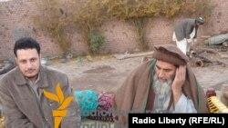 Талибан жетекшілерінің бірі Устад Ясер Азаттық тілшісімен бірге. 5 сәуір 2012 жыл