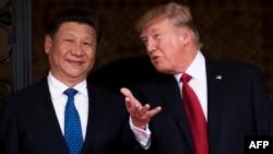 Дональд Трамп (п) і Сі Цзіньпін під час зустрічі у Флориді 6 квітня 2017 року