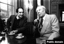 Italo Calvino (solda) Jorge Louis Borges-lə