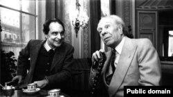 Italo Calvino (solda) və Jorge Louis Borges