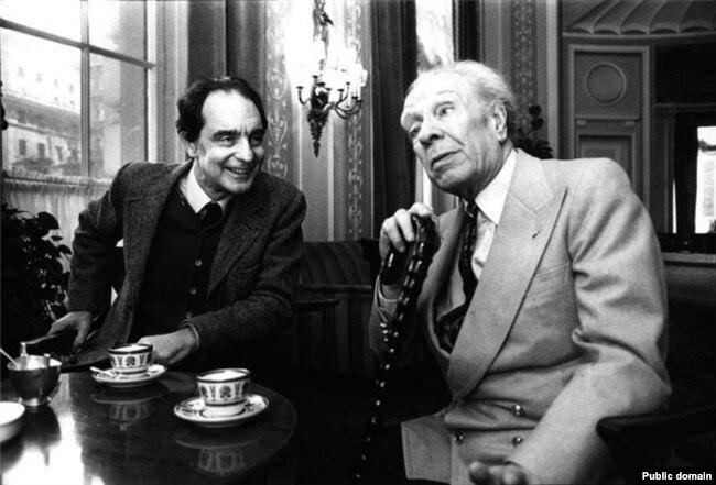 ایتالو کالوینو (چپ) در کنار خورخه لوئیس بورخس