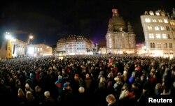"""Манифестация под лозунгом """"Открытый и разноцветный Дрезден для всех!"""", январь 2015 года. На заднем плане – восстановленная Фрауенкирхе"""