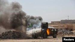 خودروی نظامی آتش گرفته شبهنظامیان شیعه در اطراف تکریت