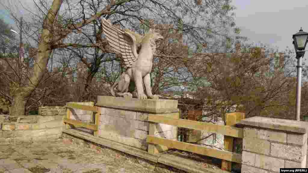 Міська влада стверджувала раніше, що всі скульптурні елементи історичної сходи –вазони й статуї грифонів –будуть зняті для реконструкції