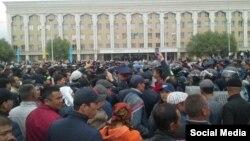 Полиция пытается оттеснить людей с площади. Кызылорда, 1 мая 2016 года.