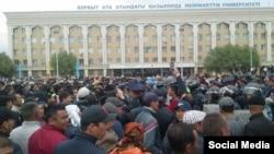 Акция протеста в Кызылорде против планов правительства по продаже земель сельхозназначения и возможной передаче угодий в аренду иностранцам. 1 мая 2016 года.