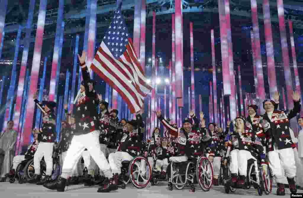 Знаменосец сборной США Джонатан Ладжан на церемонии открытия XI зимних Паралимпийских Игр в Сочи