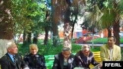 Qərargahları əllərindən alınmış Gəncə müsavatçıları parkda yığışırlar