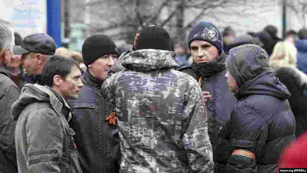 Фотографов и видеооператоров митингующие мгновенно вычисляли в толпе или рядом и уже буквально не спускали с них взгляда. В тот день сторонники «русской весны» журналистов еще не били, а пока еще только недоброжелательно смотрели.