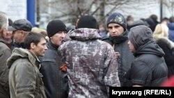 Члены «Самообороны Крыма» на улицах Симферополя, 28 февраля 2014 года