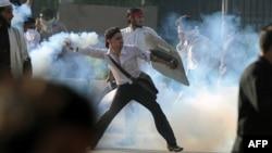 ABŞ-da döredilen filme garşy Yslamabatda geçirilen demonstrasiýada protestçiler polisiýa güýçleri bilen çaknyşdylar. 20-nji sentýabr, 2012.