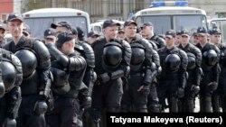 Protestlere gatnaşýan adamlara barabar polisiýa ofiseri hem gözgeçilige çykaryldy.