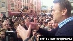 Алексей Навальный выступает перед протестующими на Старом Арбате после 15-дневного ареста