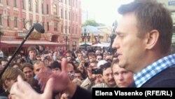 """Алексей Навальный """"Оккупай Арбат"""" лагерінде наразылық акциясына қатысушылар алдында сөйлеп тұр. Мәскеу, 24 мамыр 2012 жыл."""