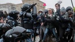 Ресейлік оппозициялық саясаткер Алексей Навальныйды қолдап наразылық шеруіне шыққандарға күш қолданып жатқан полиция жасағы. Мәскеу, 23 қаңтар 2021 жыл.