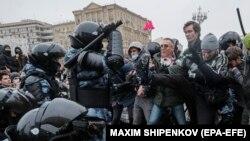 Полицейский спецназ с дубинками и протестующие на митинге в поддержку Навального в Москве. 23 января 2021 года.