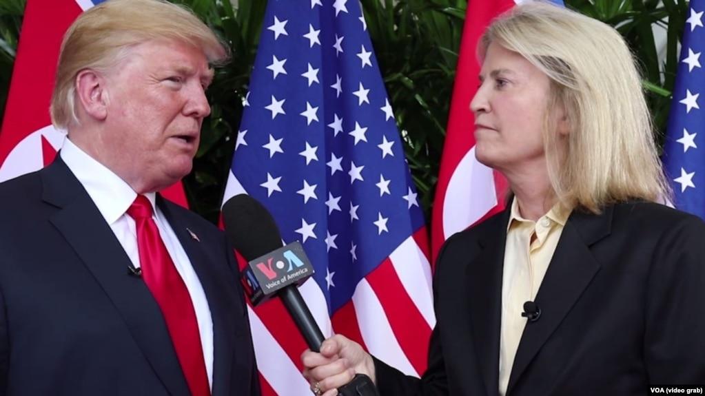 """Amerika dauısınıñ"" ştattan tıs tilşisi Greta Van Sastern AQŞ prezidenti Donal'd Tramptan swhbat alıp twr. Singapur, 12 mausım 2018 jıl"