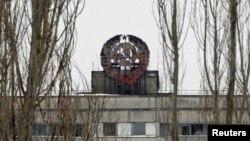 Ուկրաինա - ԽՍՀՄ-ի զինանշանը Չեռնոբիլի ատոմակայանին մոտ գտնվող Պրիպյատ լքված քաղաքի շենքերից մեկի վրա, 2011թ․