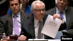 Віталій Чуркін із документом, який він назвав копією листа Віктора Януковича, на засіданні Ради безпеки ООН у березні 2014 року