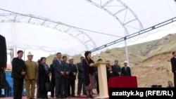 """Президент Роза Отунбаева """"Кыргызнефтегаз"""" ишканасынын мунай бургулоочу жаңы жабдуусун ишке киргизүү алдында сөз сүйлөөдө, Жалал-Абад облусу."""
