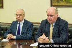 Григорий Карасин и российский посол Фарит Мухаметшин (справа), на встрече с премьером Павлом Филипом