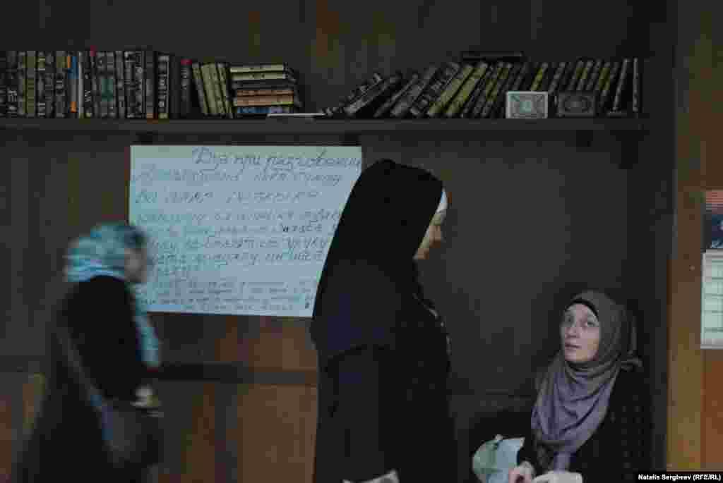 Femei musulmane discută în moschee înaintea rugăciunii