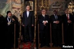 Путин на Афоне – то ли сидит, то ли стоит в кресле византийских императоров