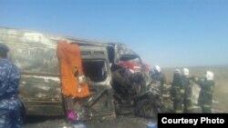 Спасатели на месте аварии с участием микроавтобуса и грузовой машины. Жамбылская область, 19 апреля 2015 года.