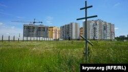 Крест, установленный на месте будущего храма Христа Спасителя в Симферополе