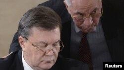 Украина президенті Виктор Янукович (сол жақта) пен премьер-министрі Николай Азаров. Киев, 13 желтоқсан 2013 жыл.