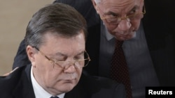 Пути Виктора Януковича и отправленного в отставку Николая Азарова разошлись: президент, по официальным данным, болеет в Киеве, а бывший премьер-министр отдыхает в Австрии