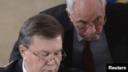 Նախագահ Յանուկովիչը զրուցում է արդեն նախկին վարչապետ Նիկոլայ Ազարովի հետ ընդդիմադիր առաջնորդների հետ հանդիպման ժամանակ, 13-ը դեկտեմբերի, 2013