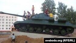 Пакуль помнік рыхтавалі да адкрыцьця, з танкам забаўляліся дзеці