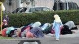В центральную мечеть города Алматы на праздничную молитву сегодня пришло немало мусульман в соответствующем одеянии.