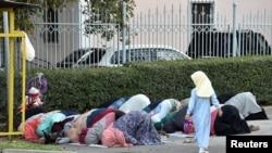 Женщины во время молитвы на улице в первый день Курбан-айта. Алматы, 1 сентября 2018 года.