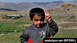 Ռյա-Թազայի փոքրիկ բնակիչը ողջունում է Իրաքի քրդերի անկախության հանրաքվեն