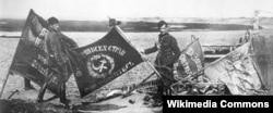 Польские солдаты с советскими знаменами, захваченными во время битвы под Варшавой 1920 года