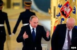 Михаил Федотов (справа) и Владимир Путин