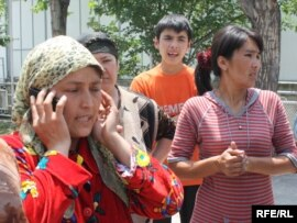 Холида Ахмедова, беженка из Оша, говорит по телефону. 22 июня 2010 года.