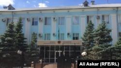 У здания департамента комитета национальной безопасности Актюбинской области в городе Актобе. Иллюстративное фото.