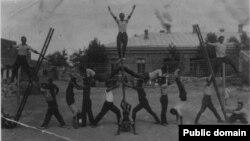 Выступление пожарной команды Евпатории. Справа на лестнице Сейт-Абла Мустафаев, отец Усние Менакаевой, конец 1930-х