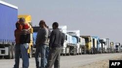 Kamioni čekaju na prijelazu Kerem Shalom, fotoarhiv