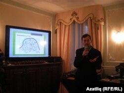 Тарихчы Дамир Хәйретдинов картада Мәскәү кирмәнендә татар урыннарын күрсәтә