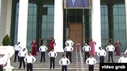 Türkmenistanda yglan edilen saglyk aýynda maşk edýän raýatlar. Arhiw suraty.