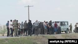 Баткендин чек арадагы Кара-Бак айылынын тургундары Тажикстанга тиешелүү жолду тосууда, 18-апрель.