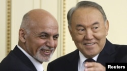 Президент Афганистана Ашраф Гани (слева) и президент Казахстана Нурсултан Назарбаев. Астана, 20 ноября 2015 года.