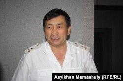 Полковник финансовой полиции Адиль Сейдалиев в момент проведения обыска в офисе оппозиционной организации «Балга» Алматы, 30 мая 2013 года.